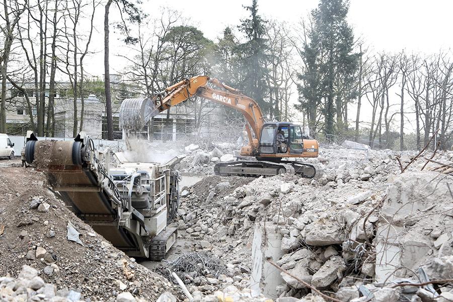 Tri des déchets à la suite d'un démolition à Tours.