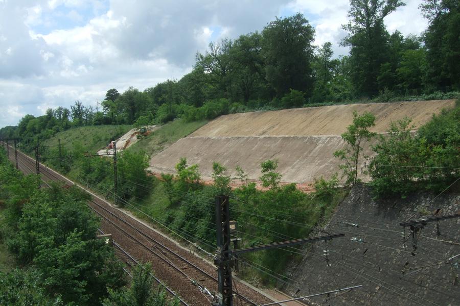 Terrassement en bordure de voie ferrée à Monts