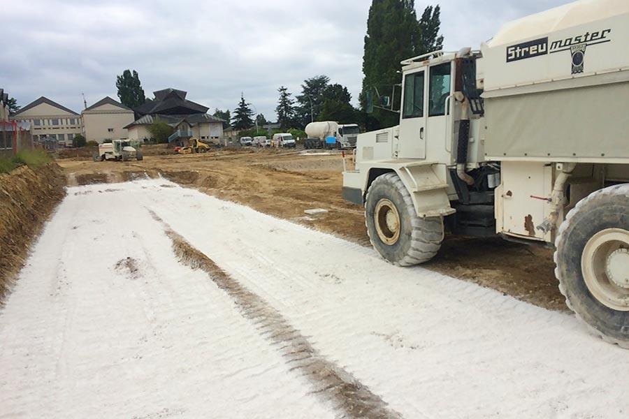 Réalisation du traitement d'un sol après terrassement.