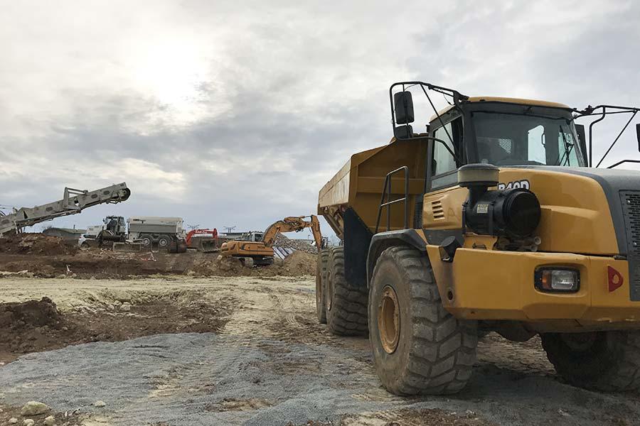 Un tombereau de l'entreprise Garci Frères pour les chantiers de terrassement